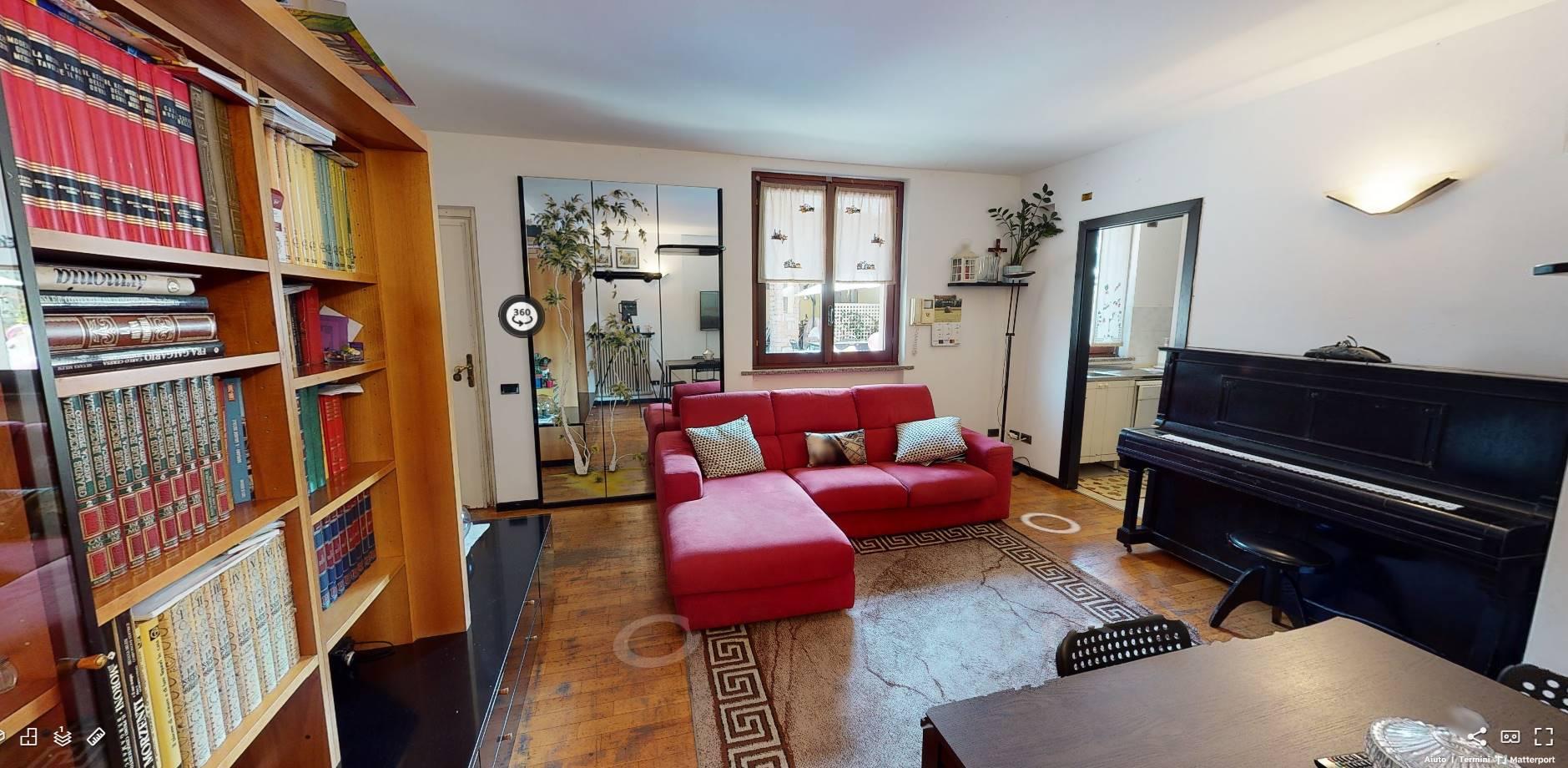 VILLA disposta su più livelli, con 4 camere da letto, IN CORTILE indipendente con area esterna esclusiva e posti per auto. L' abitazione è composta