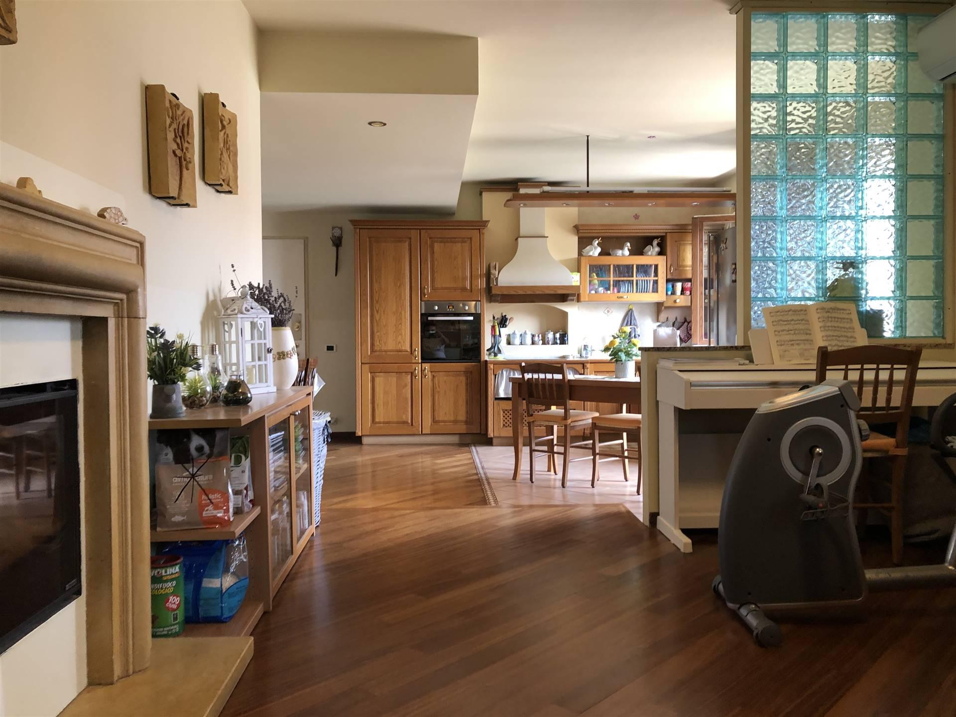 Vendiamo a Spirano in quartiere residenziale bell' appartamento quadrilocale posto al piano primo, in un contesto di sole quattro unità, composto da