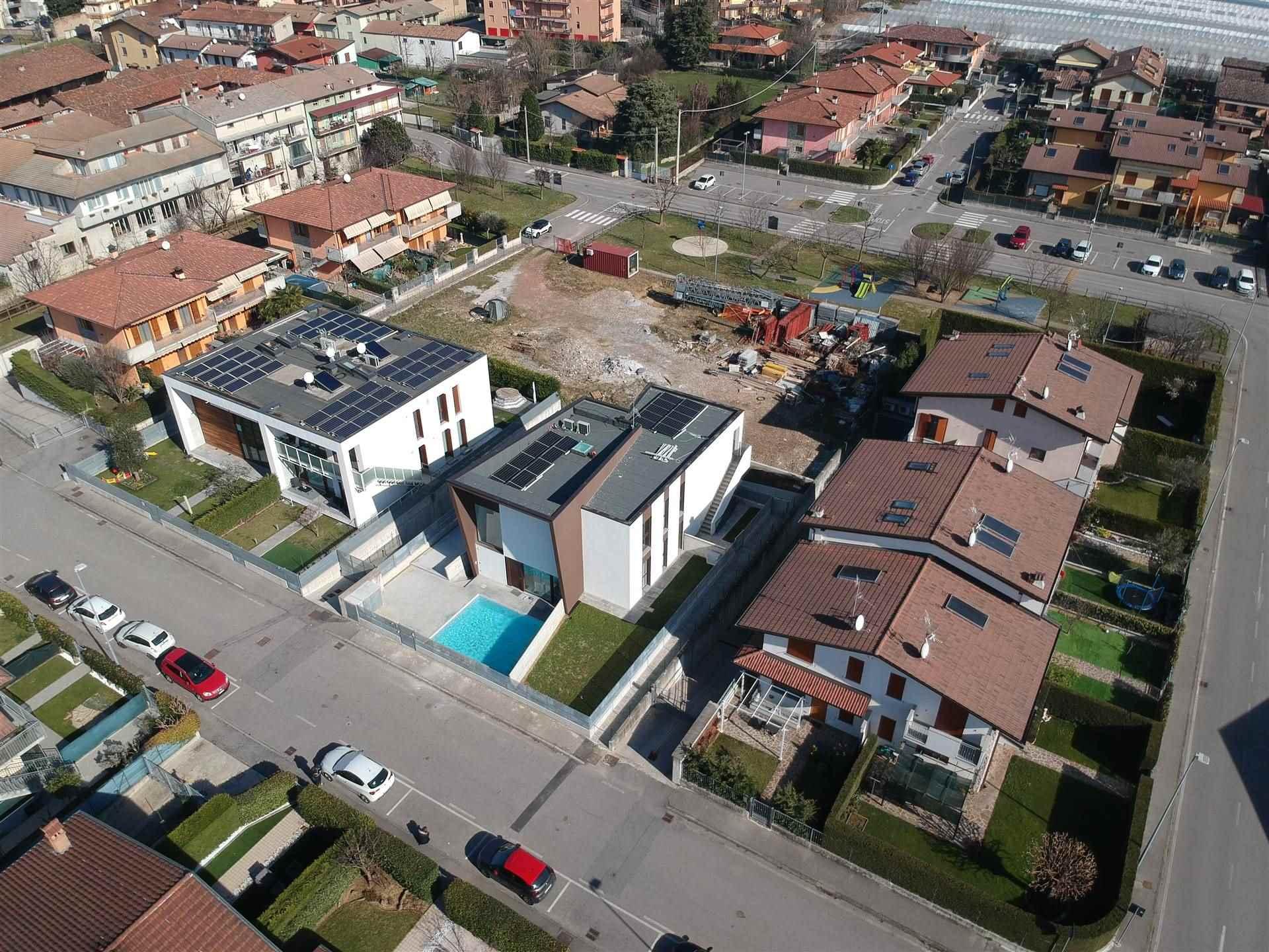 Di nuova realizzazione proponiamo innovativo appartamento trilocale indipendente inserito in contesto di sole 3 unità. L'immobile si sviluppa al