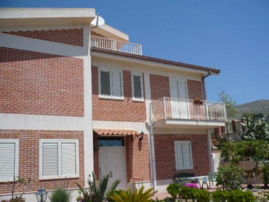 SANT'OLIVA, LICATA, Small villa for sale of 275 Sq. mt., Good condition, Heating Individual heating system, Energetic class: G, composed by: 5 Rooms,