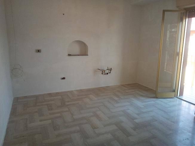 IA/418 - Appartamento al terzo piano di mq.120 ca., senza ascensore, composto da due camere da letto, salone, cucina abitabile, bagno, doppio
