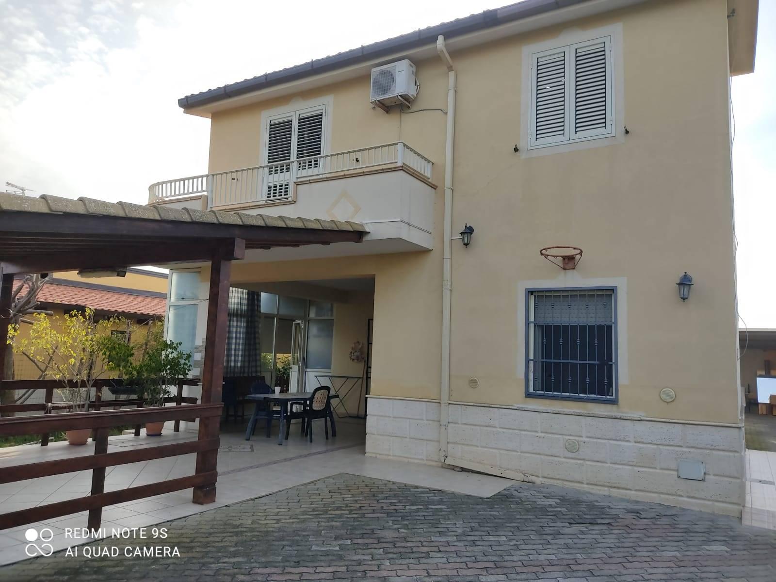 IA/185 - Villetta dislocata su due piani di mq.80 ca. cadauno oltre veranda, composta da piano terra (una camera, salone/soggiorno con camino, cucina