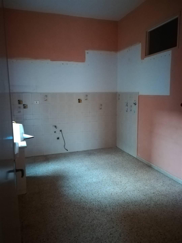IA/328 - Appartamento al terzo piano di mq.110 ca., da ristrutturare, composto da tre camere, cucina, bagno e ripostiglio; fa parte alla vendita un