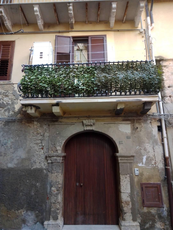 IA/374 - Zona centro storico vendesi appartamento su due livelli, comunicanti tra di loro con scala interna, primo piano mq.100 ca. composto da due