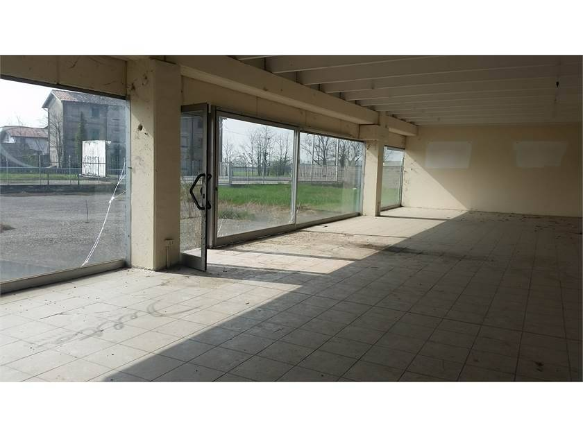 Locale commerciale in Via Treviglio, Fara Gera D'adda