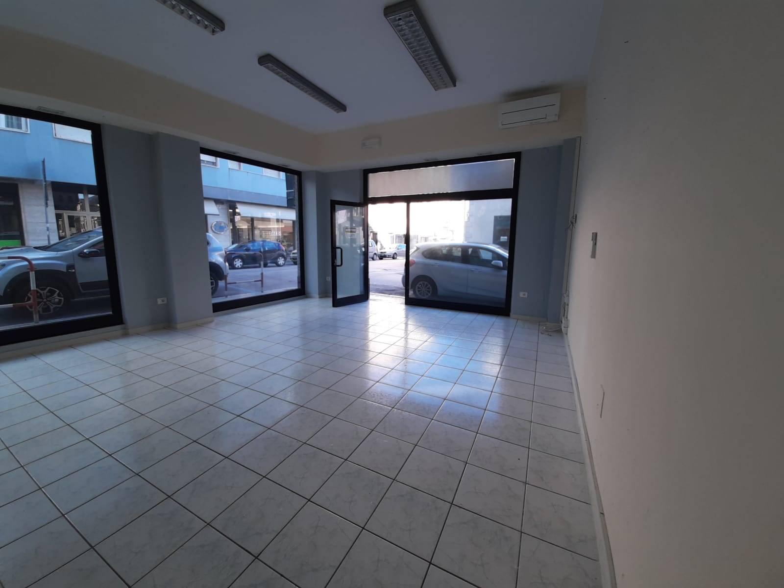 Immobile Commerciale in affitto a Falconara Marittima, 1 locali, zona Zona: Centro, prezzo € 540   CambioCasa.it