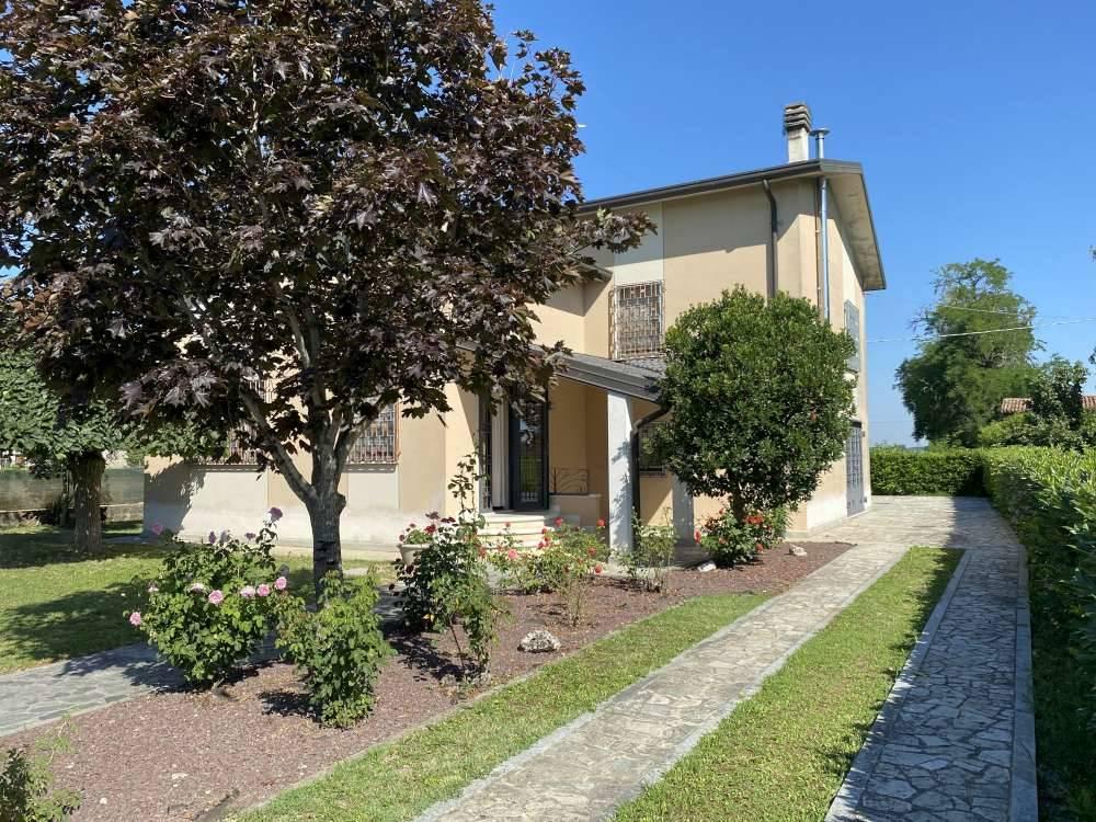 Villa in vendita a Magnacavallo, 7 locali, zona Zona: Parolare, prezzo € 190.000   CambioCasa.it