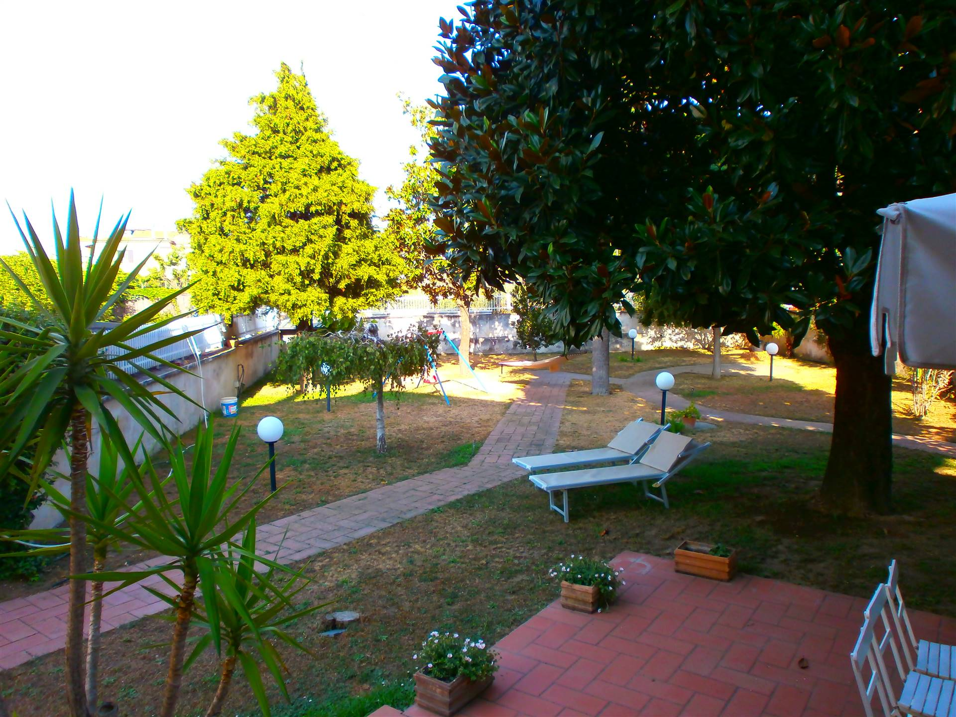 Proponiamo porzione di villa Bifamiliare,con accesso indipendente in zona residenziale  Varano(Comune di Gragnano), disposta su due livelli, oltre