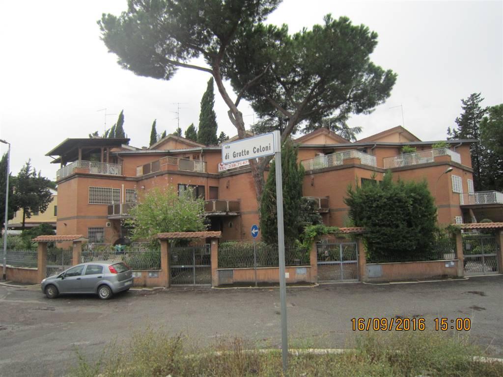 Villa a schiera in Via Grotte Celoni 4, Finocchio - Torre Gaia - Tor Vergata, Roma