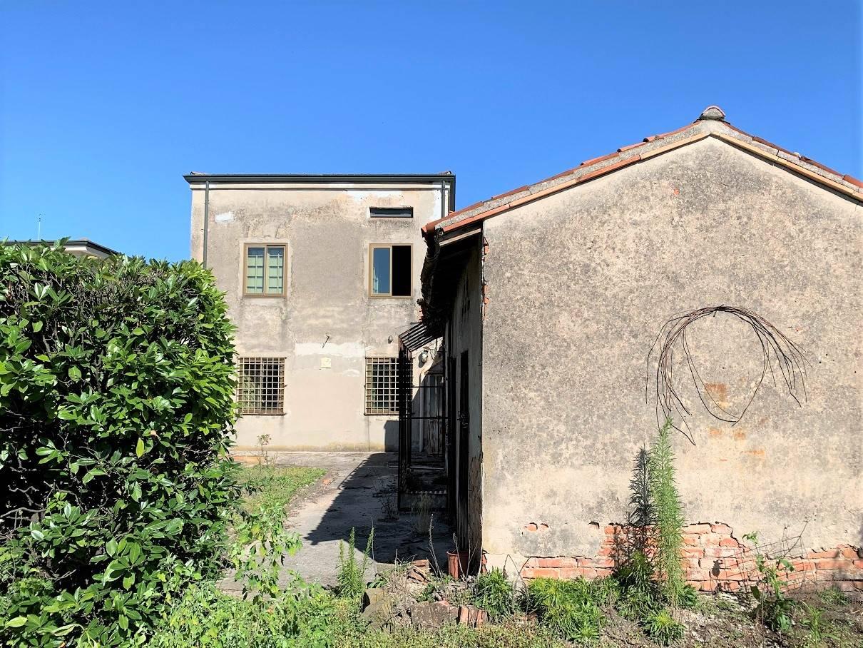 Palazzo / Stabile in vendita a Castel d'Ario, 9 locali, zona Zona: Centro Urbano, prezzo € 119.000 | CambioCasa.it