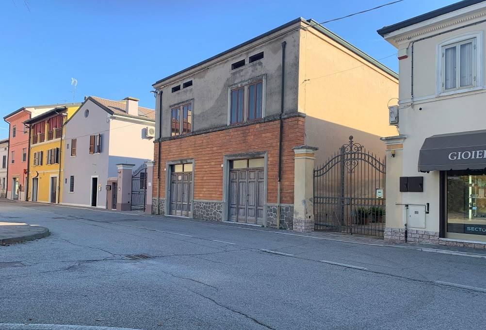Palazzo / Stabile in vendita a Castel d'Ario, 9 locali, zona Zona: Centro Urbano, prezzo € 130.000 | CambioCasa.it