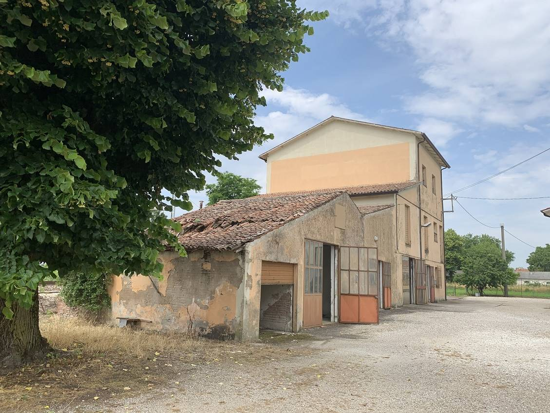 Magazzino in vendita a Castel d'Ario, 10 locali, zona Zona: Centro Urbano, prezzo € 100.000 | CambioCasa.it