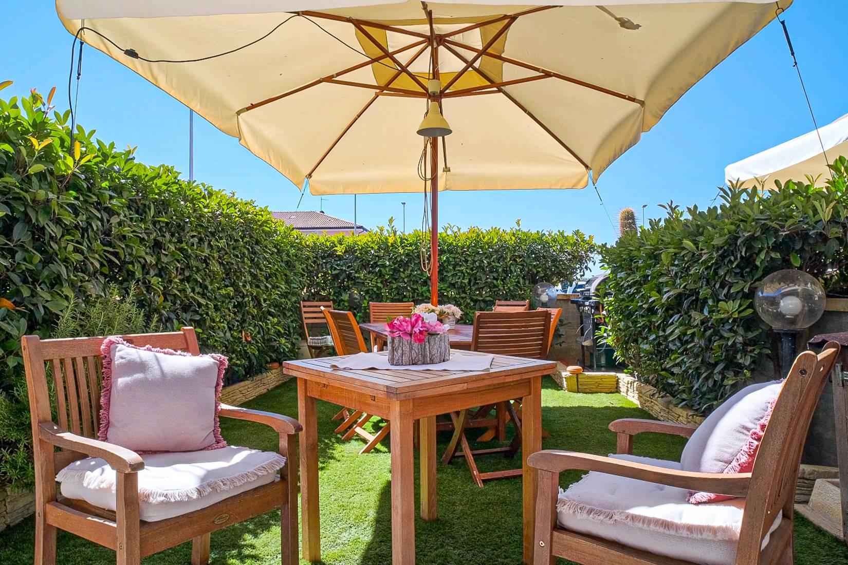 L'appartamento il Fiore è situato a 1 Km dalle spiagge di San Vincenzo in una zona ove è possibile raggiungere a piedi i negozi di prima necessità. L'immobile è ubicato all'interno di una palazzina