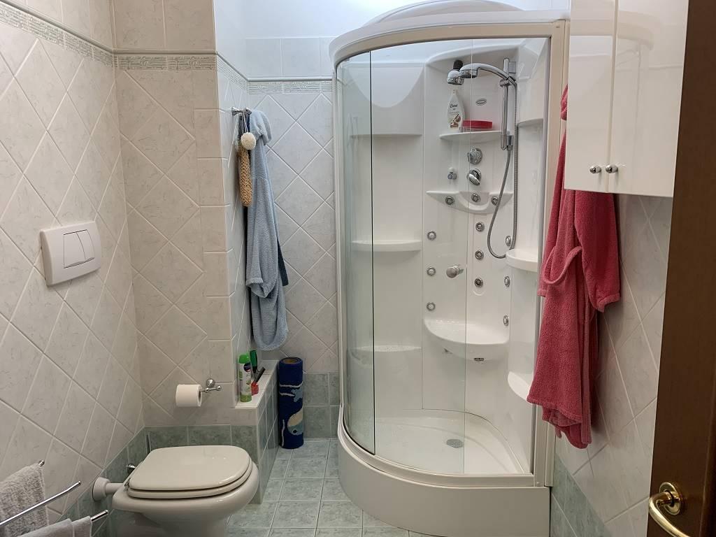 Bagno doccia finestrato