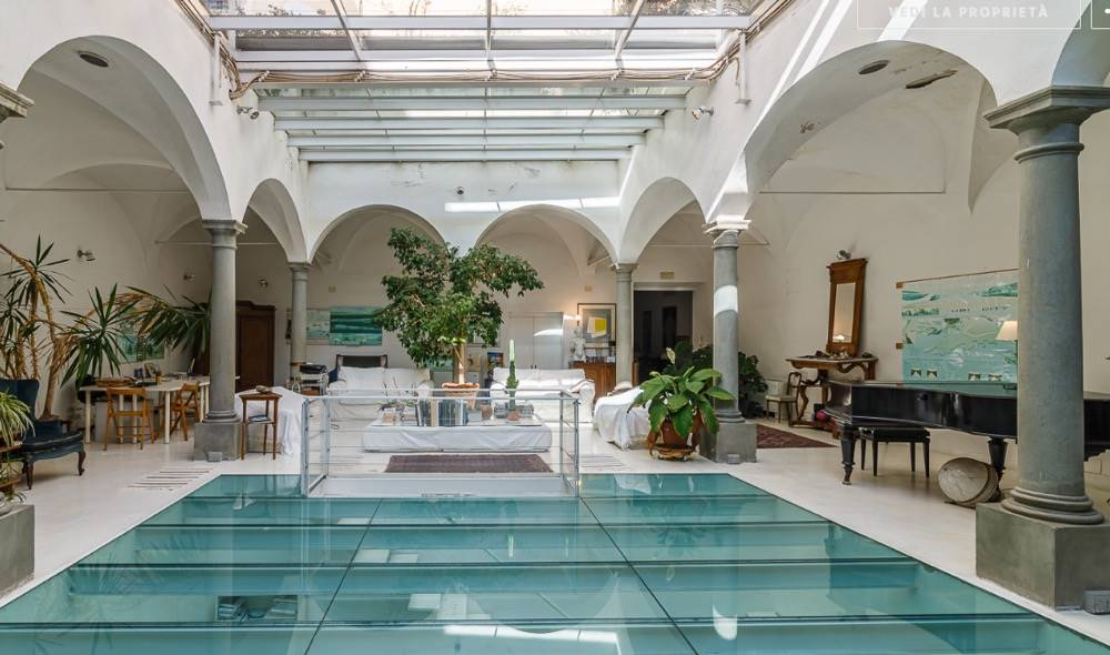 410 m2 on 3 levels + 150 m2 terrace In the historic center of Florence, a stone's throw from the Duomo, this elegant and luxurious apartment is