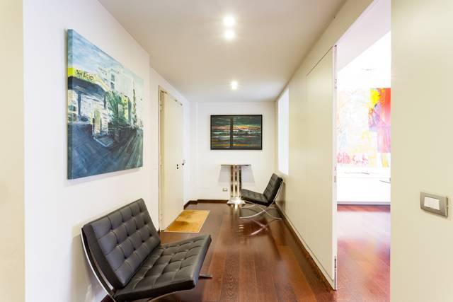 Pressi Via La Marmora in elegante condominio di fine anni '50 vendesi prestigioso ed elegante appartamento, attualmente accatastato ad uso ufficio,