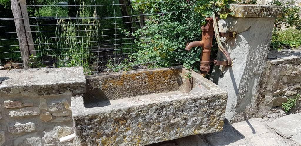 Pendici di Fiesole, vendesi colonica in invidiabile posizione collinare a soli 5 km dal centro storico di Firenze. Si compone di due corpi (