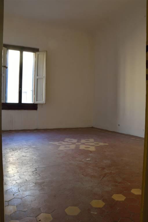 Piazza Oberdan vicinanze in bel palazzo con ascensore, vendesi al secondo piano appartamento da ristrutturare. Ampio ingresso, con balcone, dal quale