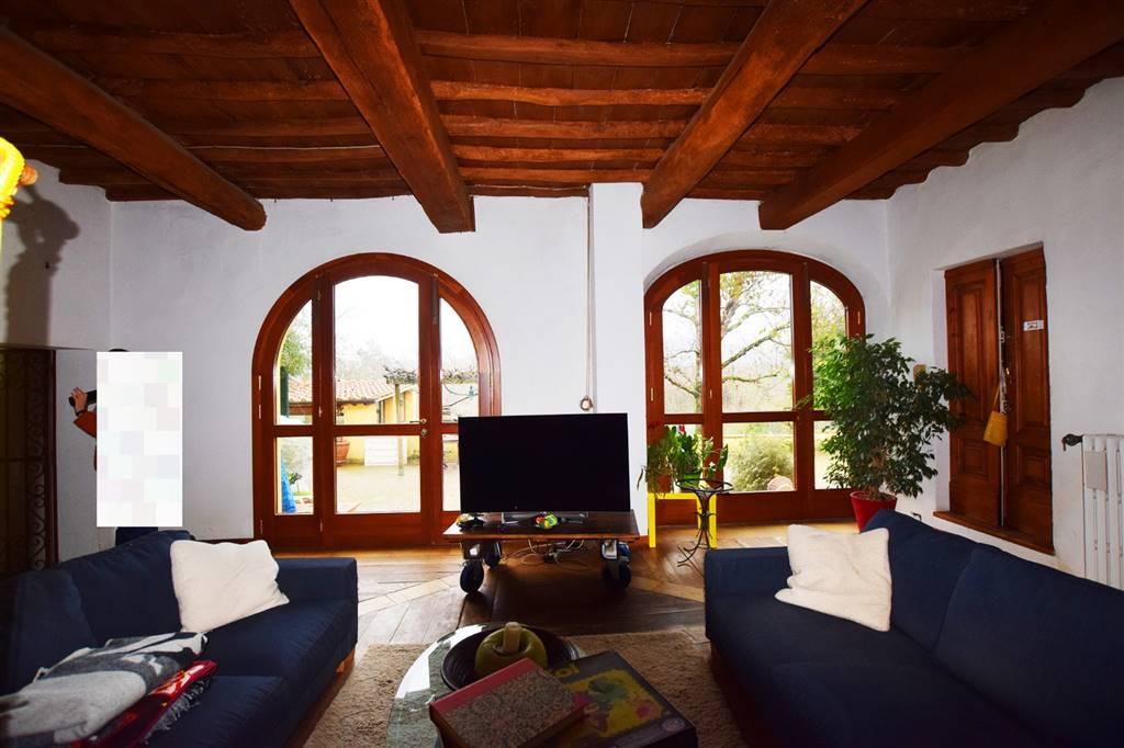 Grassina, immediate adiacenze, porzione di villa libera su tre lati che si sviluppa su due livelli. Il piano terra è composto da un ampio soggiorno,