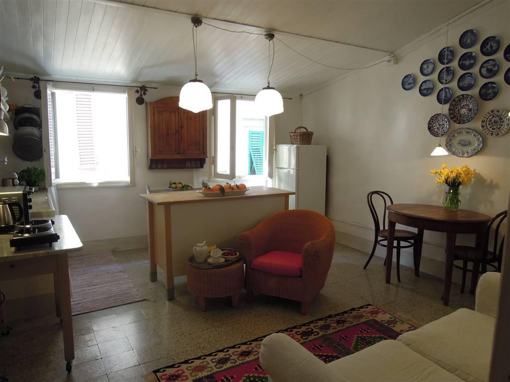 Via de' Pepi, nostra esclusiva, al secondo ed ultimo piano di piccola palazzina vendesi appartamento in ottimo stato, attualmente locato per brevi