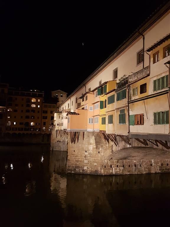 Ponte vecchio, in storica via fiorentina, vendesi fondo commerciale di circa 70 mq, uno sporto su strada.Attualmente a reddito. Ottimo investimento.