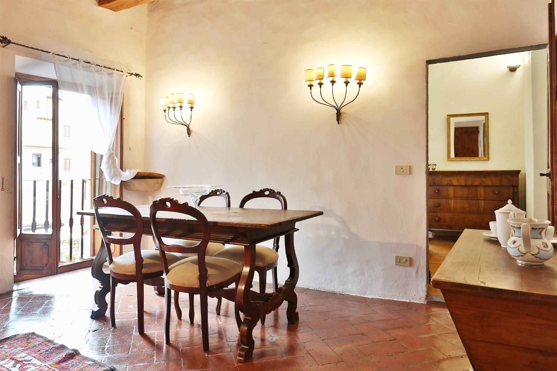 Santo Spirito, vicinanze piazza in antica palazzina affittasi al secondo piano delizioso trilocale arredato composto da soggiorno, cucinotto