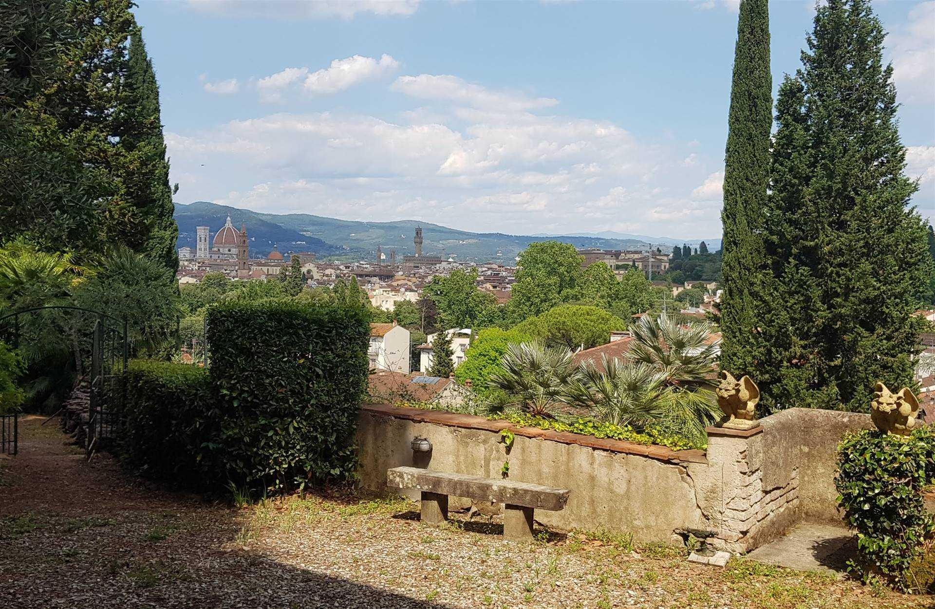 Porta Romana, in strada tranquillissima affittasi delizioso appartamentino su due livelli con bellissimo giardino vista Firenze. Si accede