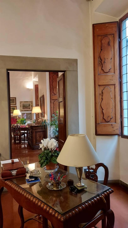 San Frediano vicinanze Lungarno Soderini, in palazzo storico trecentesco, vendesi al piano nobile bellissimo appartamento con doppio ingresso