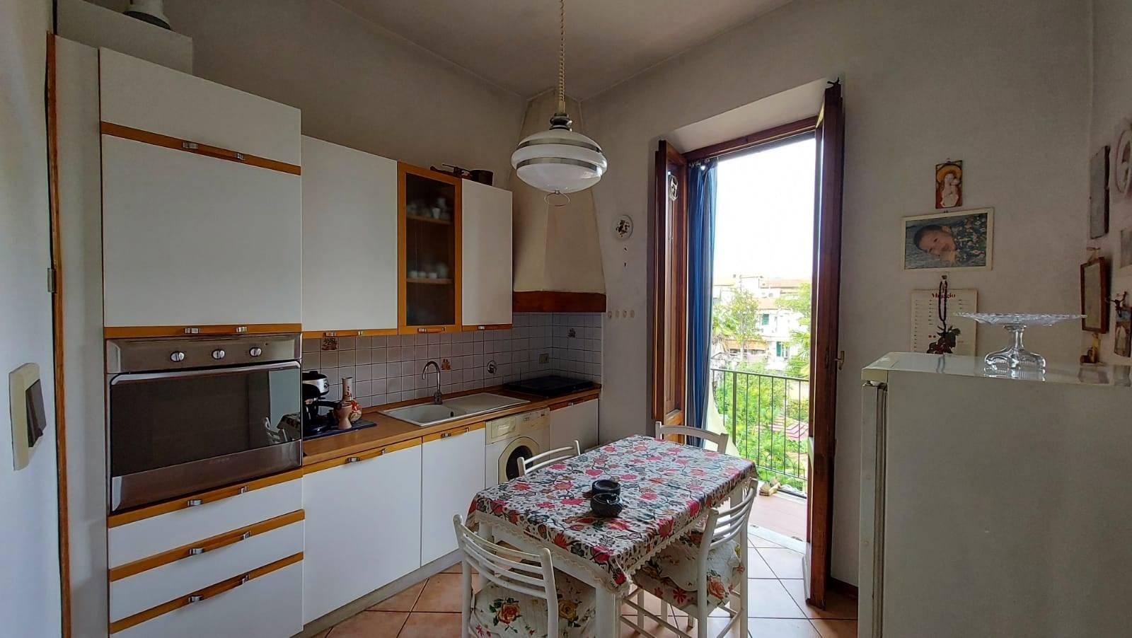 Bellariva, San Salvi, vendesi in piccola palazzina quadrilocale al primo piano. L'appartamento, da ristrutturare, è composta da ingresso, cucina