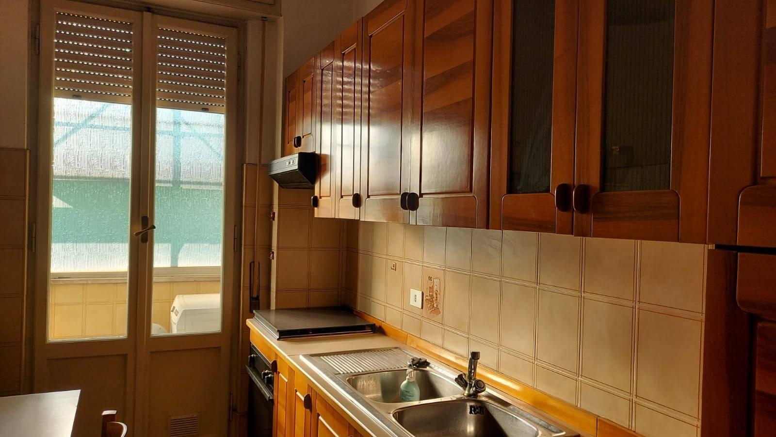 Piazza Dalmazia pressi, quarto piano con ascensore, affittasi per periodi annuali a non residenti, ampio trilocale composto da ingresso, sala con