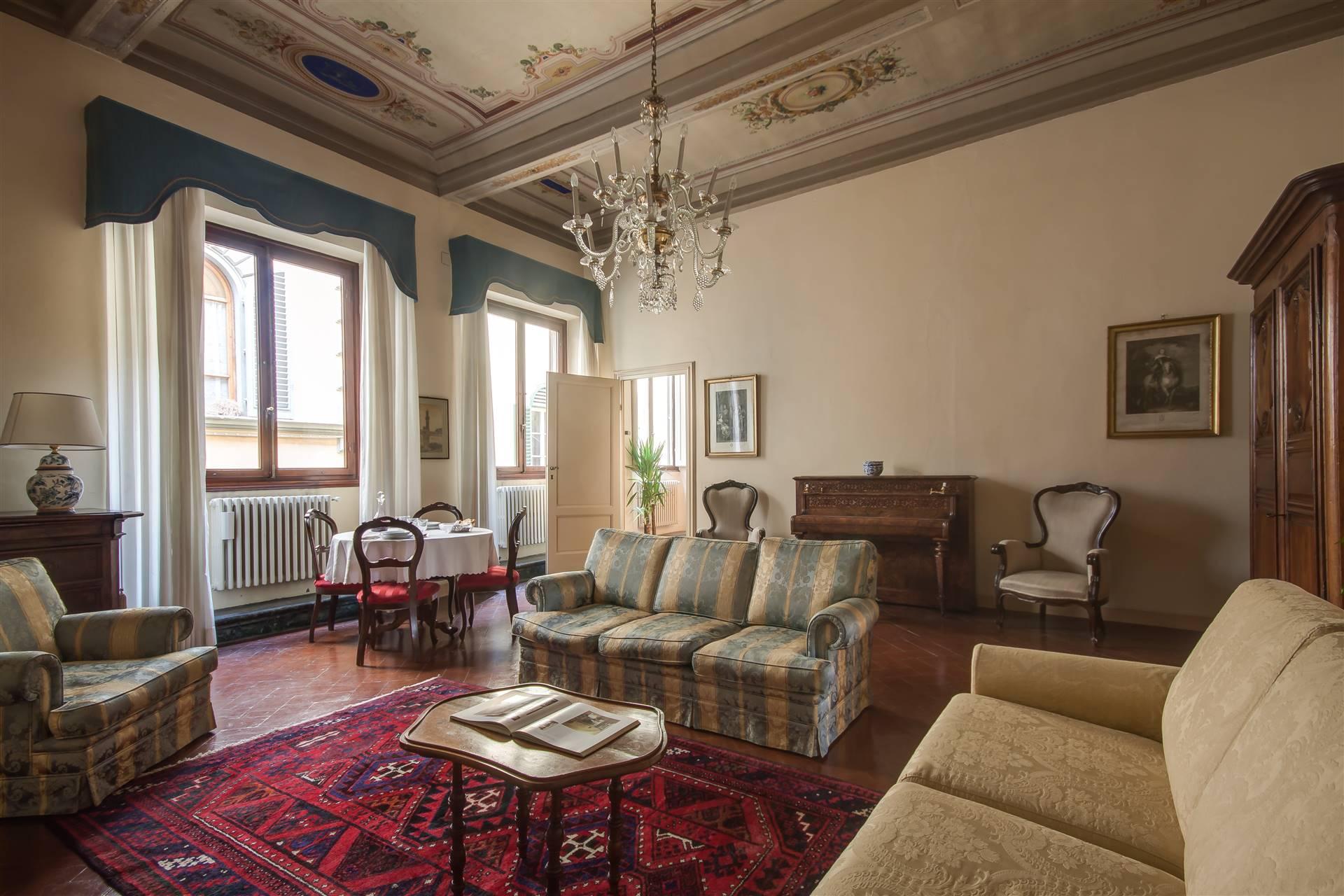 San Lorenzo pressi, in storica e bellissima via fiorentina affittasi in palazzo storico vincolato dalle belle arti, ampio e particolare bilocale