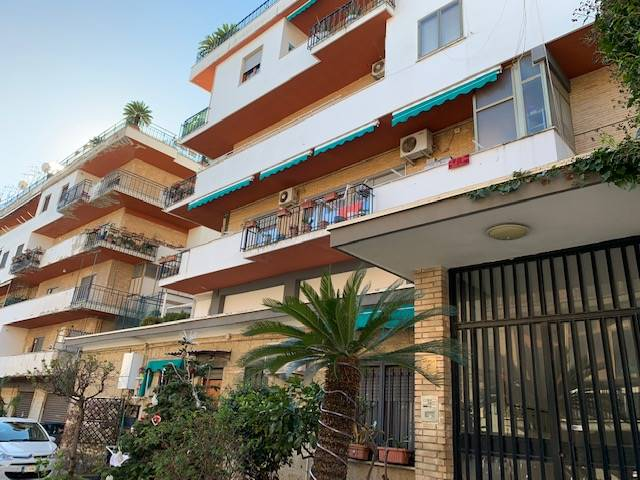 CARMINE, SALERNO, Apartment for rent of 138 Sq. mt., Be restored, Heating Individual heating system, Energetic class: G, placed at 2°, composed by: 5