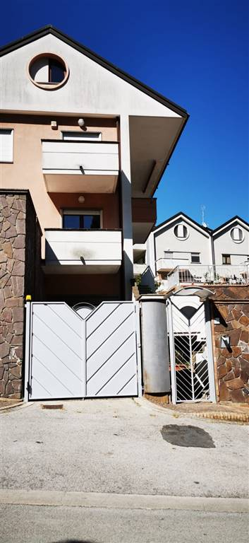 PELLEZZANO, Villa for rent of 250 Sq. mt., Energetic class: G, composed by: 5 Rooms, Parking space, Garden, Price: € 1,700
