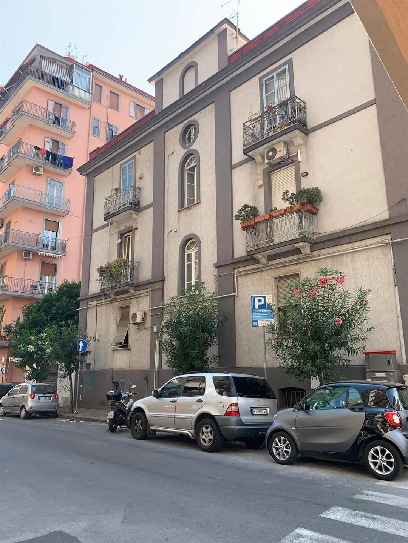 CENTRO, SALERNO, Wohnung zur miete von 85 Qm, Energie-klasse: G, zusammengestellt von: 3 Raume, 2 Baeder, Parkplatz, Preis: € 850