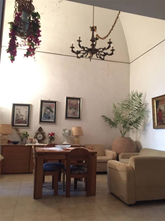 MADONNELLA, BARI, Apartment for sale of 125 Sq. mt., Be restored, Energetic class: G, Epi: 2 kwh/m2 year, placed at 1° on 2, composed by: 4 Rooms,