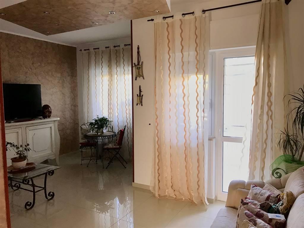 JAPIGIA (VIA PEUCETIA) 4 VANI + DOPPI ACC. composto da: Ingresso/soggiorno con affaccio su balcone esterno, cucina abitabile con affaccio su balcone