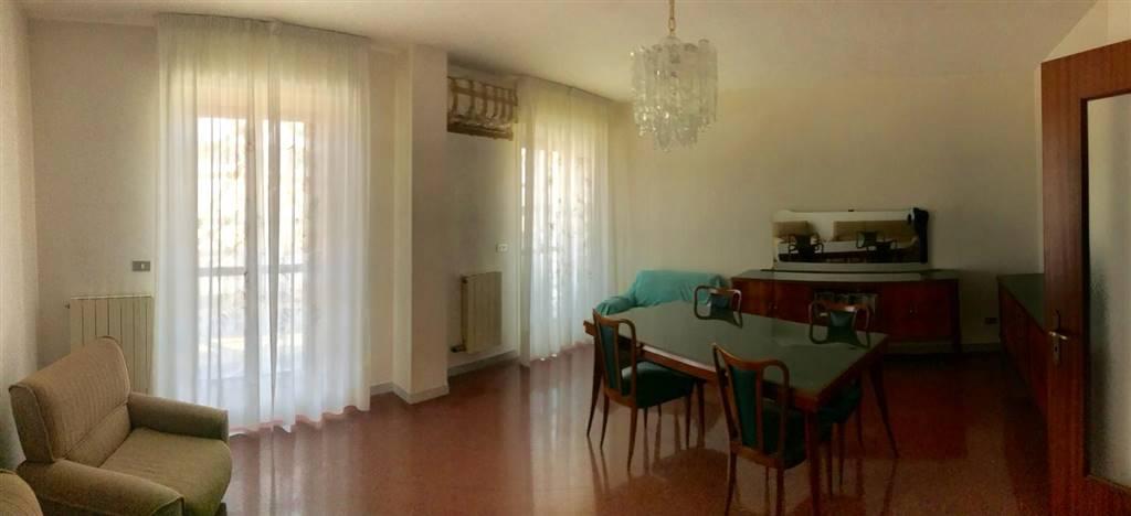 ZONA INTERPORTO (VIA A. DE BLASI) 4 VANI +ACC.RI composto da: Ingresso con ampio disimpegno, salone doppio con affaccio esterno con ampi balconi,