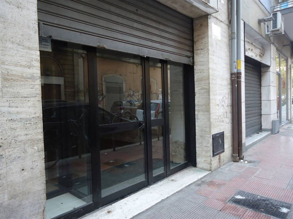 MADONNELLA, BARI, Shop for rent of 170 Sq. mt., placed at Ground, composed by: , 2 Bathrooms, Price: € 1,000