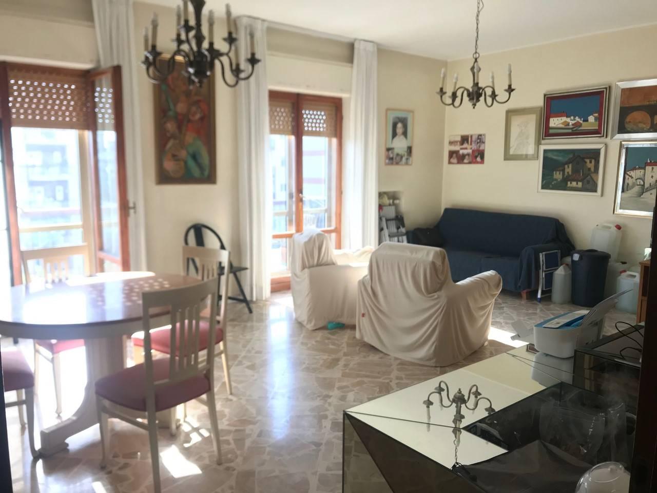 Via P. Carabellese ( Japigia ) In zona servitissima ,in stabile recintato con verde condominiale con 2 posti auto di proprietà , Proponiamo ampio e