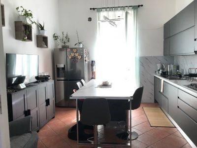Vic. Piazza Madonnella (via Rodi) Ampio e luminoso Trivani + acc. di 90 mq con doppi servizi e cucina abitabile , così composto: INTERNO: L'immobile