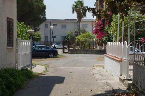 Appartamento in vendita a Falconara Albanese, 3 locali, zona Zona: Torremezzo, prezzo € 35.000   CambioCasa.it