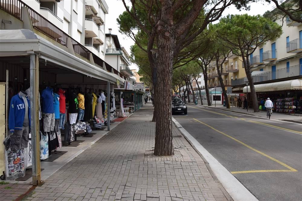 JESOLO Negozio su via principale pedonale Foto 3