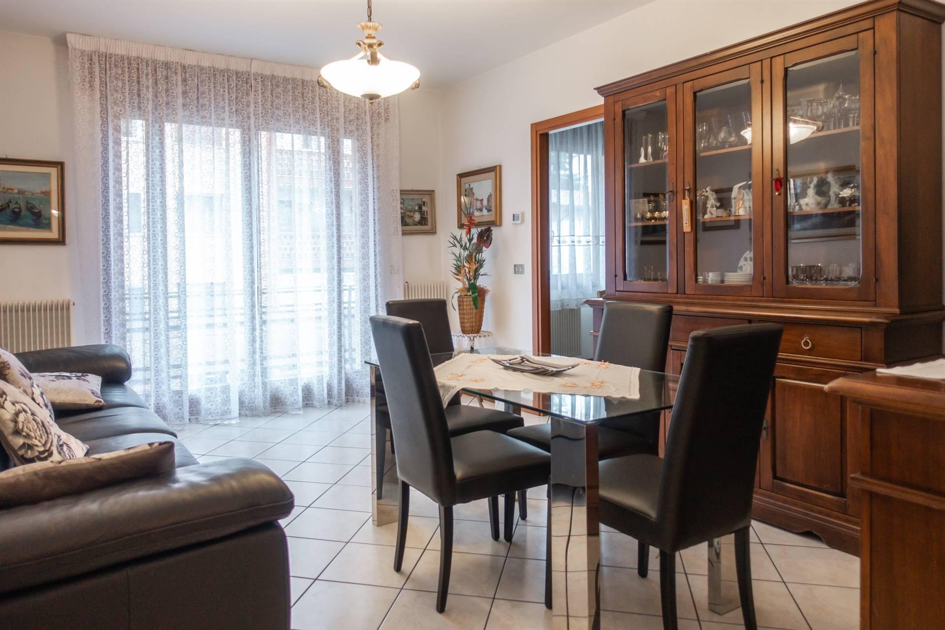 Mestre zona Quattro Cantoni comodo a servizi e mezzi, proponiamo bellissimo appartamento in ottimo contesto e posto al primo piano alto. L'immobile