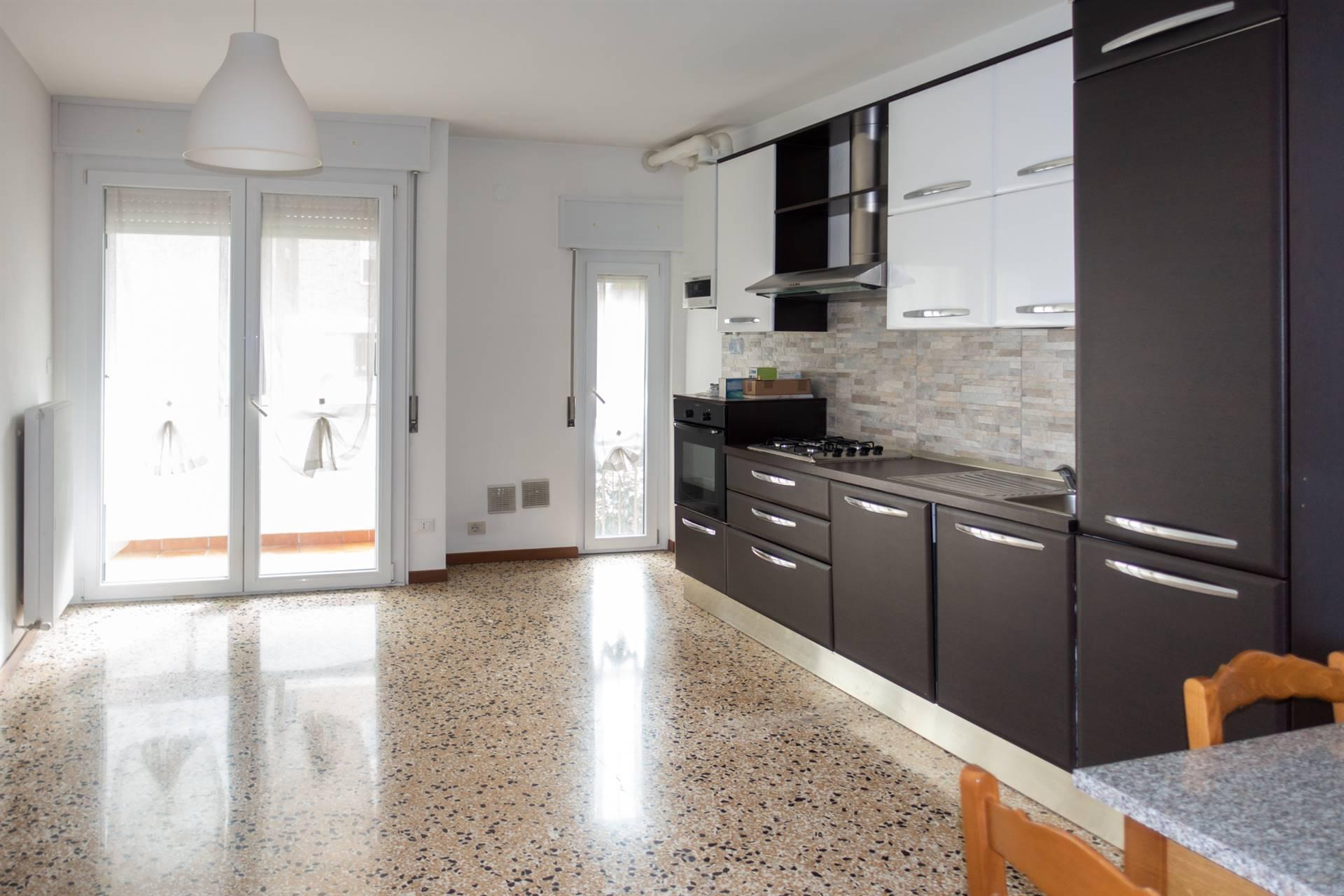 Mestre Viale Garibaldi in laterale tranquilla, a pochi passi da piazza Ferretto con la comodità di tutti i servizi, proponiamo appartamento luminoso