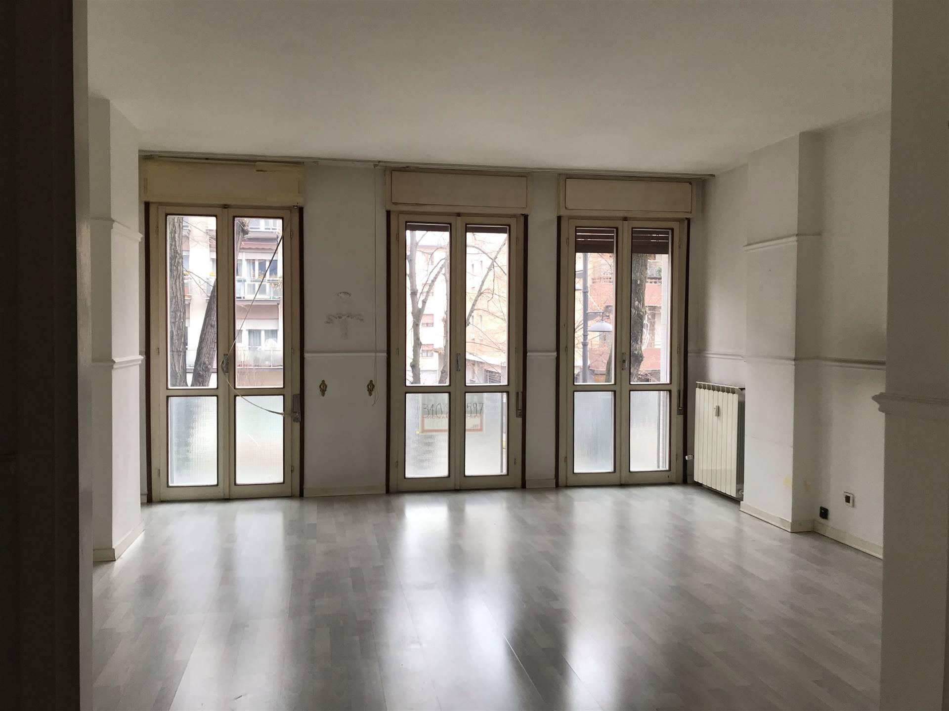 Mestre centrale primo Viale Garibaldi proponiamo appartamento di 130 mq in condominio ascensorato. L'immobile è composto da ingresso, cucina, ampio