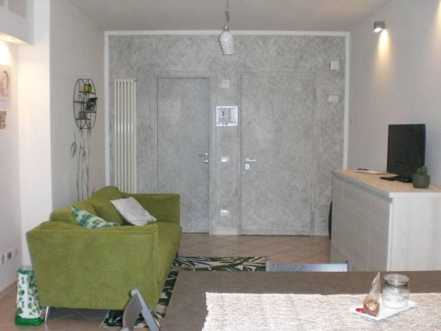 Proponiamo un appartamento, posto al primo e ultimo piano di una palazzina ben tenuta, composto da ingresso, soggiorno con angolo cottura, camera
