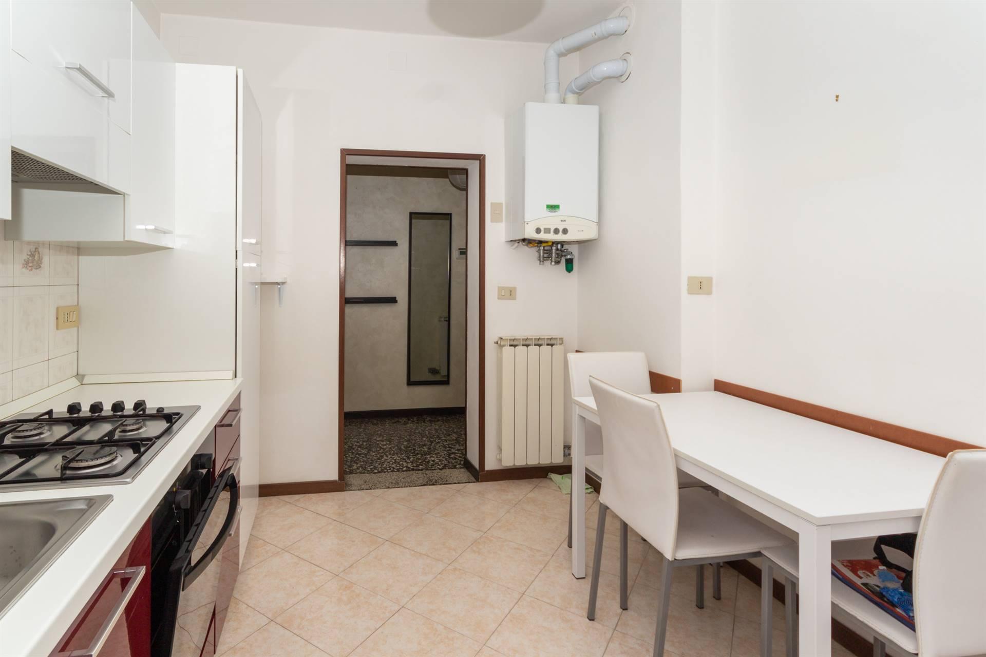 Mestre da due passi dal centro in laterale di viale Garibaldi proponiamo appartamento al secondo piano composto da ingresso, soggiorno, cucina