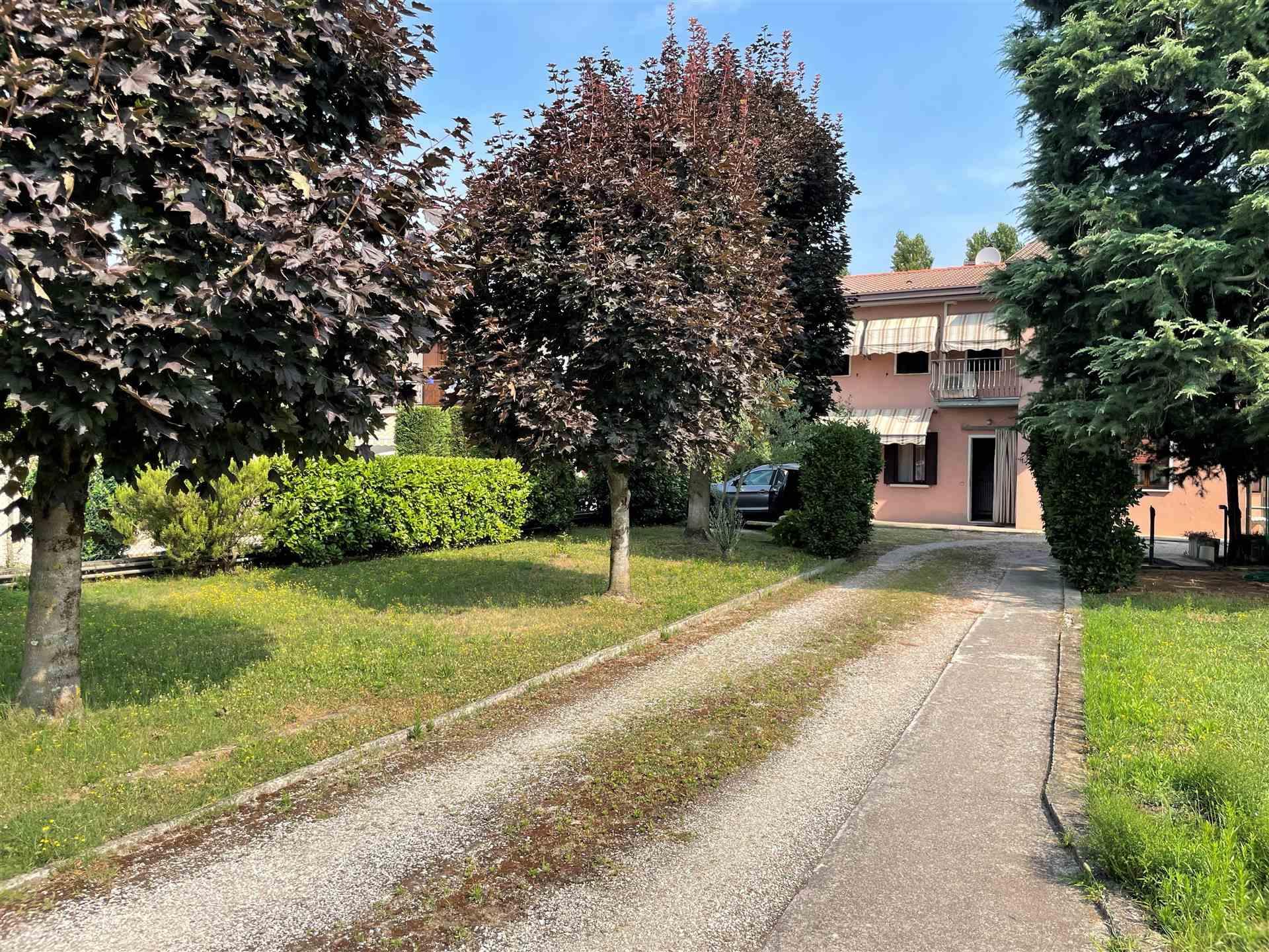 Mestre via Terraglietto in zona ricercata e molto tranquilla, proponiamo una porzione di casa al piano terra con ampio giardino. L'immobile è