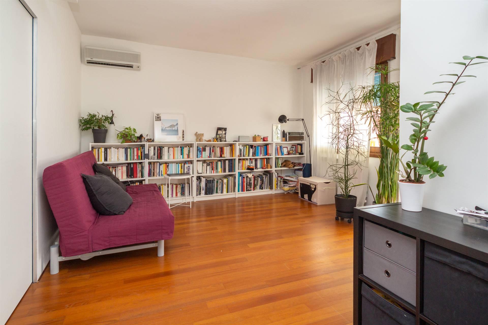 Mestre in posizione centrale a 5 minuti da piazza Ferretto, in laterale molto tranquilla, proponiamo appartamento all'ultimo piano (senza ascensore)