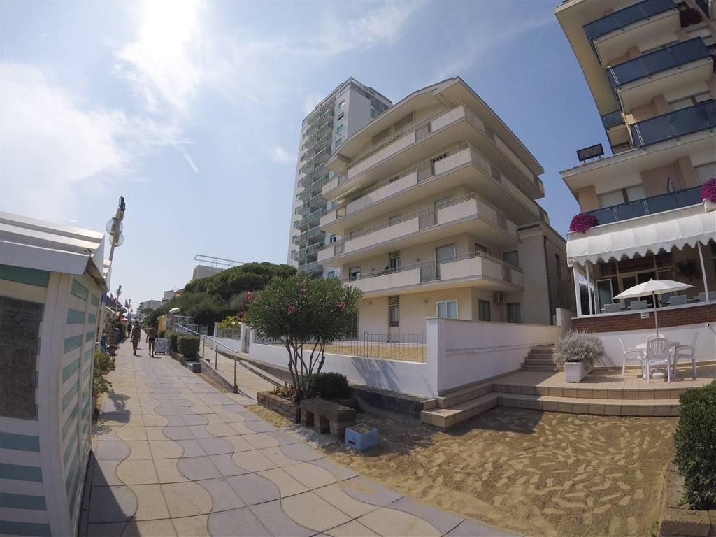 Fronte Mare, appartamento occupante l'intero 3° piano in piccola palazzina composto da ampio soggiorno/Pranzo, 4 camere da letto, 2 servizi, 2
